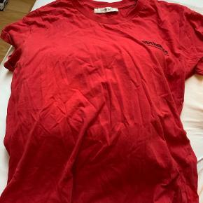 Jeg sælger denne meget basic røde T-shirt i en str. S fra Gestuz Kom med bud❤️
