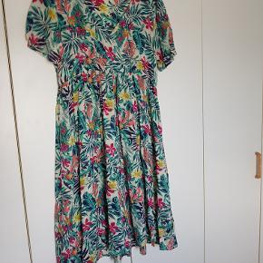 Dejlig, luftig kjole (ikke gennemsigtig), 100% viscose. Indiska str. XL - ca. 46/48. Mål under bryst: 2 x 43 cm (elastik, kan strækkes til ca. 2 x 50 cm). Længde fra skulder og ned ca. 100 cm.