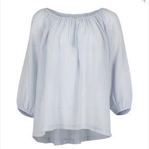 Helt ny bluse fra NEO NOIR , stadig med mærke Dejlig tynd i stoffet 70% bomuld, 30% silke  Jeg bytter ikke  Sælges for 150kr