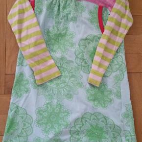 Kjolen har en lille bitte plet på størrelse med en knappenålshoved. Kjolen er ellers meget lidt brugt. Medfølger en ekstra knap. 75 for kjolen eksklusiv fragt.