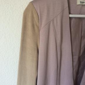 Envii - tynd jakke Str. XS Næsten som ny (er gået i sygningen på ryggen (se sidste billede)) Farve: pastellyserød Lavet af: 100% polyester (silk touch) Style: marvin jacket Har skulderpuder Mål: Brystvidde: 102 cm hele vejen rundt Længde: 66 cm Køber betaler Porto!  >ER ÅBEN FOR BUD<  •Se også mine andre annoncer•  BYTTER IKKE!