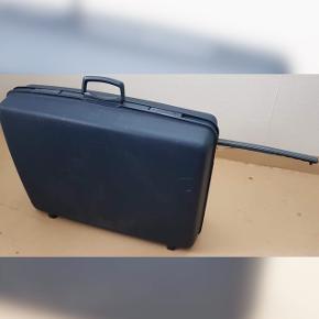 """Hej. Jeg sælger denne mørkeblå kuffert. Den har 2 hjul, rumdeler og et langt håndtag man kan """"folde"""" ud. Den kan hentes i Bagsværd hos mig:) Pris: 200kr - men BYD gerne!;)"""