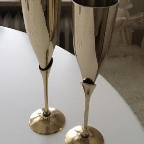 2 Super flotte og stilet champagne glas i messing  Mål: højde 24,5 cm-diameter øverst 5,5 cm Ideel gaveidé til feks brudepar-kobber /sølv:/guldbrudepar med feks indgravering  eller anden fejring🌸