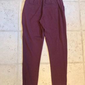 Bordeaux røde poptrash bukser fra Only i str. small om livet og 34 i længden. Der er lommer forsn og snyde-lommer bagpå.