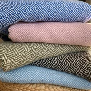 Hammamhåndklæder i 100 procent økologisk bomuld med miljørigtig indfarvning. Kender du dem? Fantastisk lækre håndklæder der kan bruges til daglig, som strandhåndklæde og til træning. Håndklæderne vejer og fylder næsten ingenting. Håndklæderne er meget bløde og lækre. Måler 100* 180 cm. 1 stk. 160kr  🌞🌞 2 stk. 300 KR TILBUD 🌞🌞  Fås i farverne sort, koksgrå, støvet blå, kongeblå, olivengrøn og rosa. Vi tilbyder at sy gæstehåndklæder i samme materiale - stykpris 65kr.