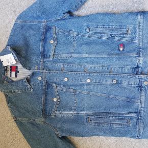 Helt ny smart Tommy Jeans jakke....bliv smart klædt på til små penge