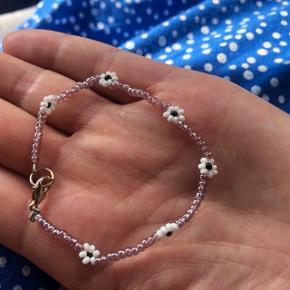 smykker Perlearmbånd  Lyse lilla perler med hvide blomster 💮Prisen er fast og inkl Porto med postnord   Se også halskæden der passer til længere nede i mine annoncer