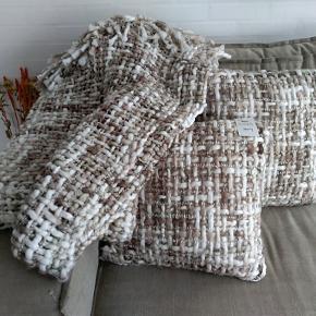 Pyntepuder samt Tæppe, Rigtig blød lækker kvalitet, Decoris Home Cushion, 2 puder 45 x 45 samt 1 tæppe på 130 x 200, 3 måneder gammel, passer bare ikke ind i farven mere, Kommer fra ikke ryger hjem, sælges samlet
