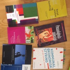 Bøger fra socialrådgiveruddannelsen.