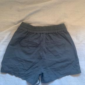 Sorte Vero Moda shorts med røde striber, ingen skader
