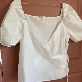 Skjorte med korte ærmer / pufærmer. Slåom effekt.