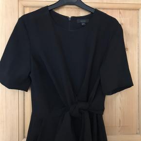 Smuk jumpsuit med knude-detalj i livet. Vil mene den også passer en small da den er lidt cropped i benene. Sælges da den desværre er for lille til mig.