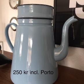 Stor flot madam blå kaffekande i en flot lyseblå farve 33 cm hør med filterholder 28 cm uden Kolonihaven sommerhuset haven 250kr incl. Porto