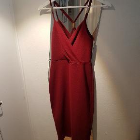 Super fin rød/bordeaux-farvet kjole - som jeg har brugt en gang til en julefrokost sidste år.  Selv købt her på TS - hvor den endnu ikke var taget i brug.  Størrelse er en UK 10 som svarer til EUR 38.  Kan afhentes på Nørrebro eller sendes med DAO gennem Trendsales.