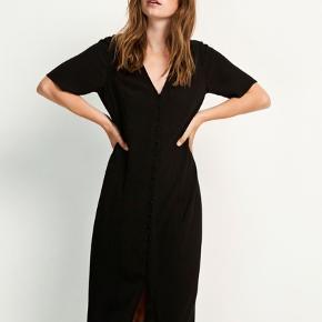 Fin lang kjole fra envii, med knapper foran og bindebånd bagpå.