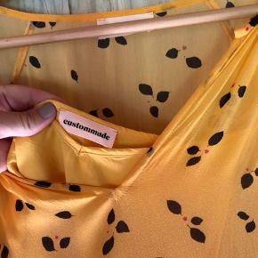 Fineste kjole fra Custommade. Brugt og vasket få gange, fremstår uden brugsspor. Kan sende billeder med den på. :)