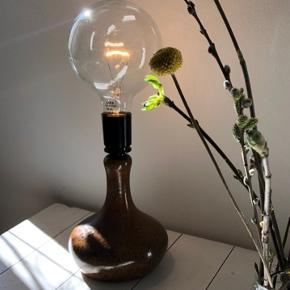 Flot keramik lampe lavet af keramiker fra Helsingør. Den måler 23 cm i højden inkl fatning. Pæren følger ikke med