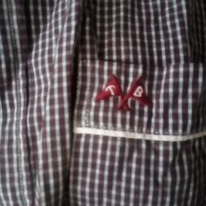 Flot skjorte med tern :) kan både bæres af herrer og damer! Den bliver strøget inden forsendelse/køb til den heldige ejer:)
