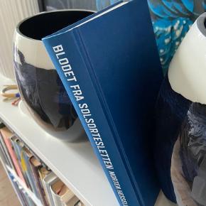 """BESKRIVELSE: Bog af Morten Hesseldahl """"Blodet fra Solsortesletten"""" 🦅📘  MØDESTED: Aarhus C eller omegn   PORTO: Køber betaler (ca. 37 kr.)   RABAT: Jeg giver mængderabat, så tjek mine andre annoncer! Har blandt andet GANNI, OtherStories, Baum&Pferdgarten 🌻"""