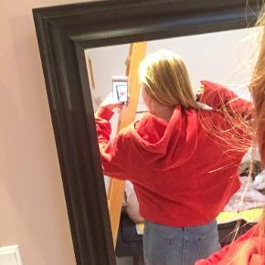 Kort rød hoodie fra H&M Jeg har selv klippet den kort Den er lidt længere bag på en foran