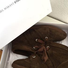 Varetype: Sneakers Farve: Brun Oprindelig købspris: 3200 kr.  Sælger mine flotte Bobby støvler som jeg desværre ikke får brugt Æske + dustbags medfølger !! BYD