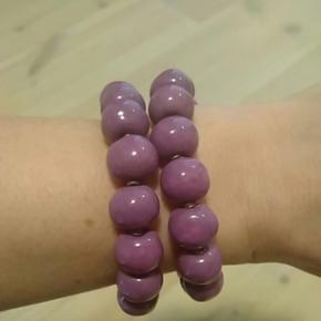 Kazuri armbånd i runde keramikperler. Der er slået en lille af én perle (se billed 3) men den kan drejes, så den vender ind imod armen.