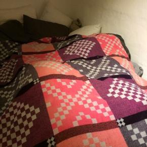 Hay uld tæppe sælges billigt. Bredde: 145 længde: 220. Tæppet er købt for ca. 4 år siden. Det er mest bare blevet brugt til pynt på sofaen, og på sengen. Det fremstår i fin stand men det er fnugget, hvilket ikke kan undgåes med tiden.