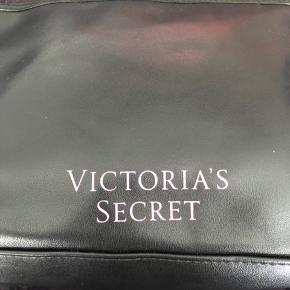 Never used cosmetic bag from Victoria's secret. I just had to remove the tag when travelling back to Europe. Original price was $25 selling for 100kr  #movingsale