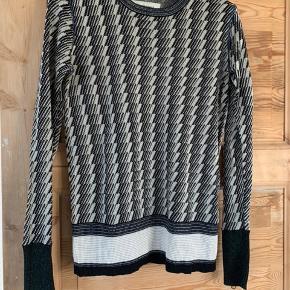 Smuk bluse med detaljer  Style: Billijean  250 kr inkl porto