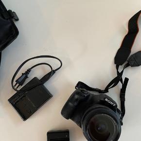 Sony slt-a58 kamera sælges, grundet af det ikke bliver brugt. Brugt få gange til konfirmationer.   Oplader, batteri og taske medfølger.   Byd gerne 😀