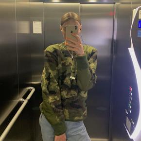 Vintage Army Sweater købt i Studio Travel