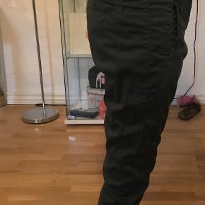 Varetype: Bukser Farve: Armygrøn Oprindelig købspris: 700 kr.
