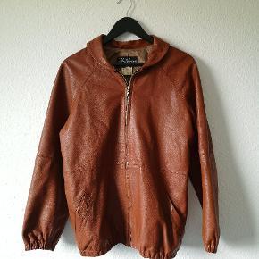 Vintage læderjakke. Bomberjakke style med sød peterpan krave. Lysbrun læder. Str 40. Mærke: Antilopen