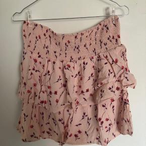 Super fin nederdel, brugt få gange. Passes også af en medium da der er godt med elastik i!