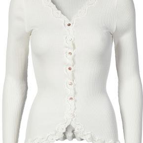 Sælger denne helt nye fine hvide cardigan fra Rosemunde i størrelse l, men svarer til en str. s-m. Den er lavet af 70% silke og 30% bomuld.