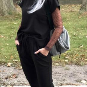 Neo Noir buksedragt str. xl Med korte ærmer.  God komfort og falder pænt.  Brugt få gange og fremstår pæn.  Ny pris 700 kr.  Sælges for 300 kr.   95 % Polyester 5 % Elastane