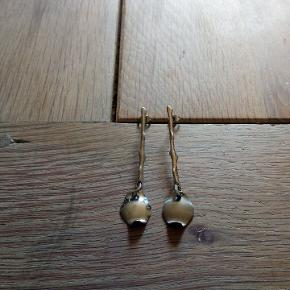 Øreringe i mærket BREIL som bla. er smykker i stainless steel/ rustfrit stål dette par er den ene et mat og den anden blank i vedhængets stål de er købt sådan   Kan hentes i Brøndbyøster eller sendes for købers regning