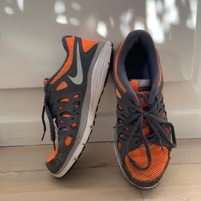 Super fede orange/grå løbesko. Modellen er DUAL FUSION💛💛 Det kan være de er størrelse 40 men de fitter en str. 38/39 ca, da Nike er små i størrelsen 🌞