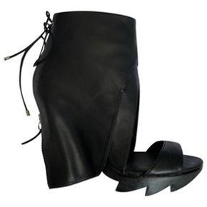 Cool Camilla Skovgaard zip back drape sandal med savtakket hæl i blødt kalve skind. Aldrig brugt. Der medfølger original æske og dust bag. Spørg gerne efter flere billeder.