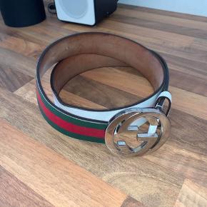 Sælger dette Gucci bælte, da jeg ikke får det brugt! Bæltet faider fra hvid til grøn og rød som det ses på billederne  Bud modtages