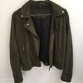 Rigtig fin og behagelig ruskind lignende jakke fra Project Unknown  Brugt få gange  100% polyester