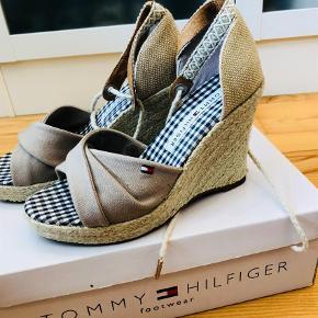 Varetype: Sandaler Farve: Multi Oprindelig købspris: 899 kr.  Tommy Hilfiger sandaler med kilehæl.. SPRIT NYE OGI ÆSKE!! Mp 600pp pr. Par