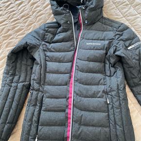 Super fin og meget varm vinterjakke fra peak performance. Er meget normal i størrelse. Kun brugt over en vinterperiode.  Ny pris: 3300 kr.