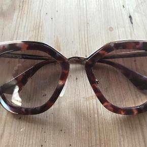 Varetype: Solbriller Størrelse: Alm. Farve: Brun Oprindelig købspris: 2400 kr.  Brugt få gange, så de er så gode som nye.