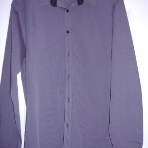 Klassisk flot skjorte grå/sort strib str. L Byd :-)