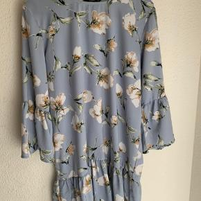 Super sød blomstret kjole. Kjolen fejler absolut intet.