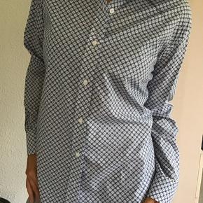 Super flot og smuk skjorte fra Kenzo.. lavet i den lækreste silkebomuld... blød og med print af små tigerhoveder👍 Normalpris 1700,- Bytter ikke!