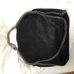 Tasken er brugt men i super fin stand, ingen pletter eller huller. Lidt slitage på kæderne, se billede. Har dustbag :) Byd gerne