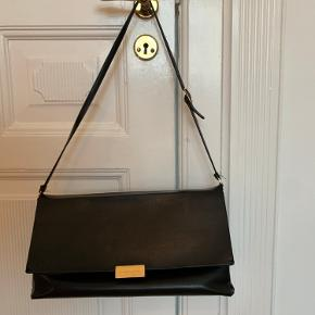 Sælger min smukke vintage Stella McCartney lædertaske - brugt med brugstegn som er vist på billederne, hvorfor den lave pris.  Tasken laves ikke længere og derfor svær at få fat i
