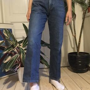 Super lækre denim bukser i mørkeblå. Der står størrelse 29 i dem men synes de svarer til str. 36.  -tjek min profil ud-